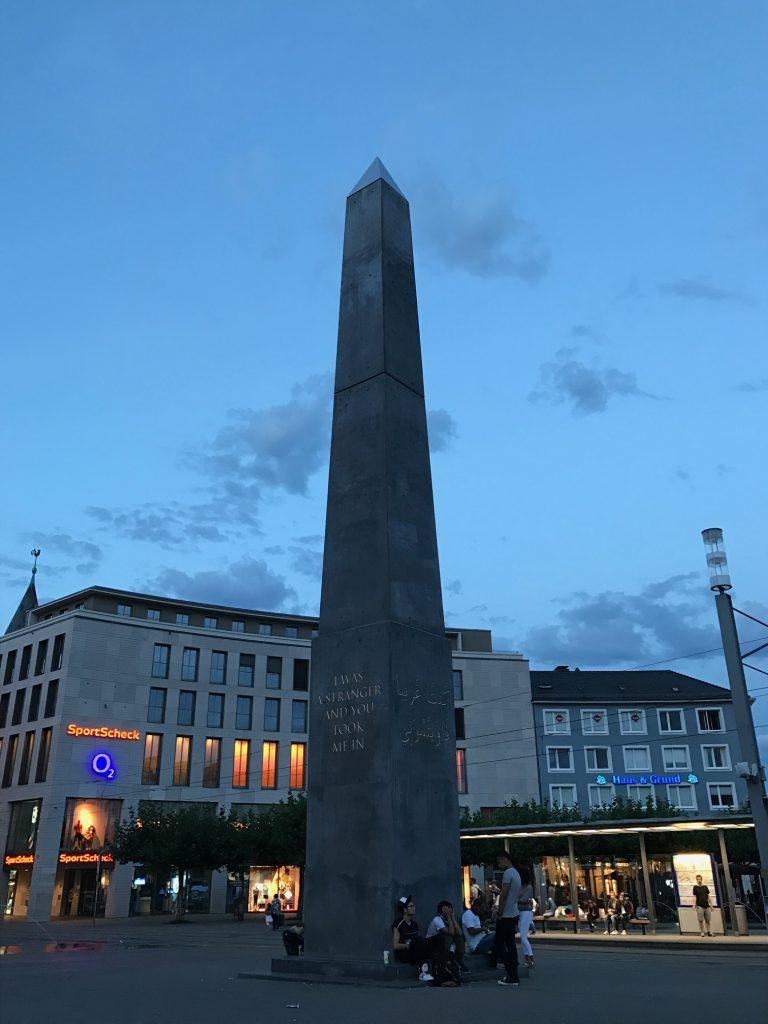 Olu Oguibe, Das Fremdlinge und Fluchtlinge Monument, 2017, Documenta 14, Königsplatz, Kassel.