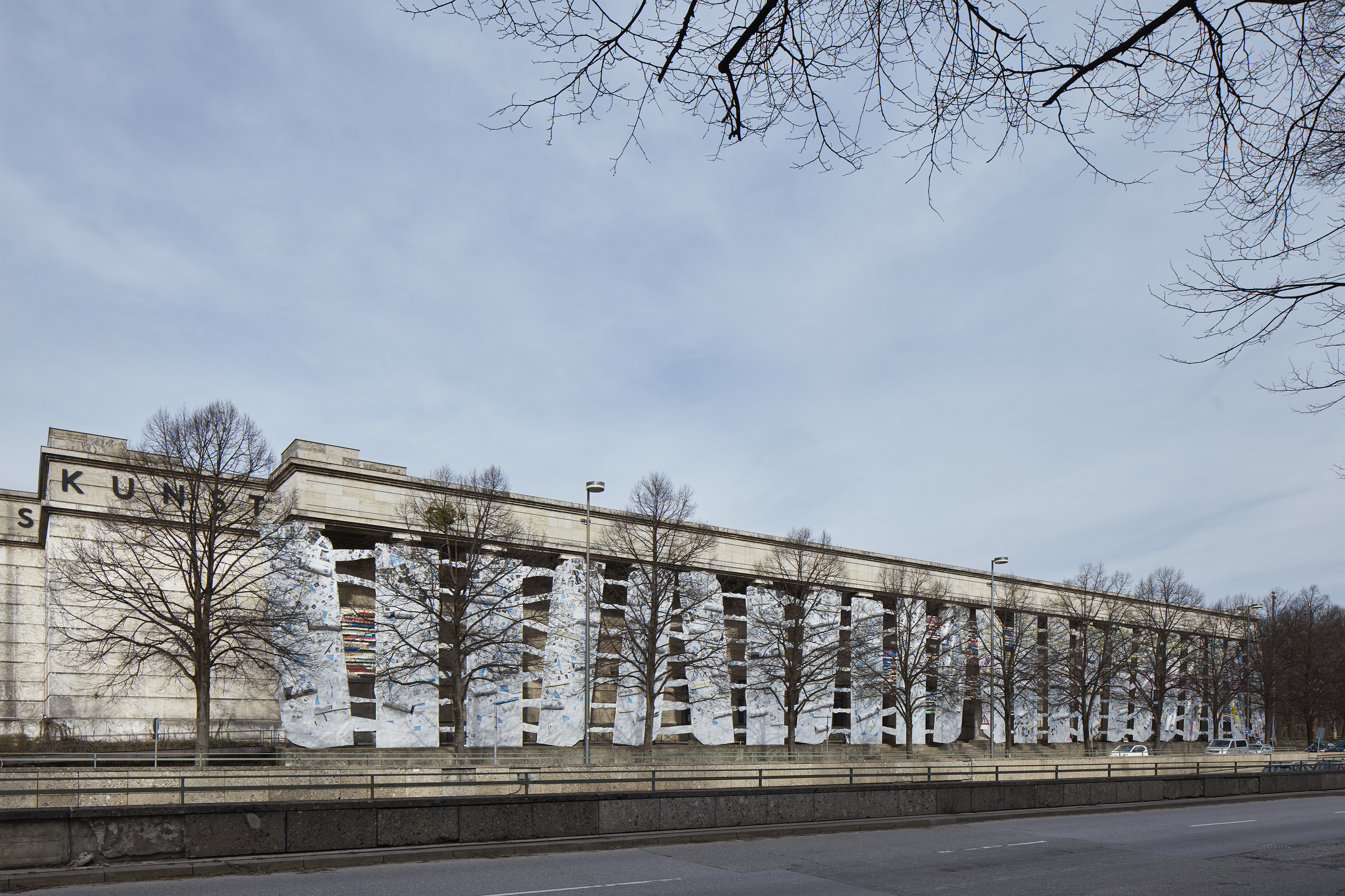 """El Anatsui, """"Second Wave"""", 2019, installation on the facade of the Haus der Kunst. Photo: Jens Weber, Munich"""