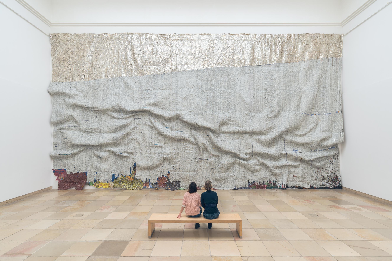 "El Anatsui, ""Rising Sea"", 2019, installation view Haus der Kunst. Photo: Maximilian Geuter"